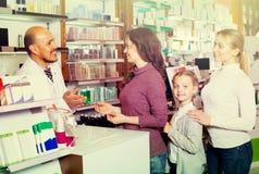 Αρσενικός φαρμακοποιός στο φαρμακείο στοκ φωτογραφίες με δικαίωμα ελεύθερης χρήσης