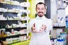 Αρσενικός φαρμακοποιός στο φαρμακείο στοκ εικόνα