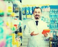 Αρσενικός φαρμακοποιός στο φαρμακείο στοκ εικόνες