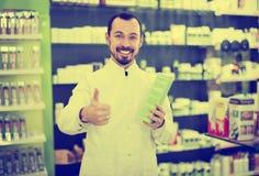 Αρσενικός φαρμακοποιός στο φαρμακείο στοκ φωτογραφία με δικαίωμα ελεύθερης χρήσης