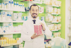 Αρσενικός φαρμακοποιός στο φαρμακείο στοκ εικόνες με δικαίωμα ελεύθερης χρήσης