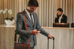 Αρσενικός φιλοξενούμενος που φθάνει στο ξενοδοχείο του στοκ φωτογραφίες