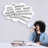 Αρσενικός φοιτητής πανεπιστημίου με τη φυσαλίδα σύννεφων στοκ φωτογραφίες
