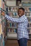Αρσενικός φοιτητής πανεπιστημίου σε μια βιβλιοθήκη Στοκ φωτογραφία με δικαίωμα ελεύθερης χρήσης