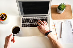 Αρσενικός φορητός υπολογιστής συμπίεσης χεριών πιό clavier Στοκ Εικόνες