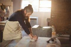 Αρσενικός φορμάροντας άργιλος αγγειοπλαστών Στοκ Φωτογραφίες