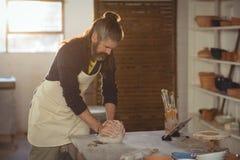 Αρσενικός φορμάροντας άργιλος αγγειοπλαστών Στοκ Εικόνες