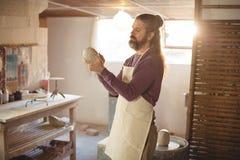 Αρσενικός φορμάροντας άργιλος αγγειοπλαστών Στοκ εικόνες με δικαίωμα ελεύθερης χρήσης