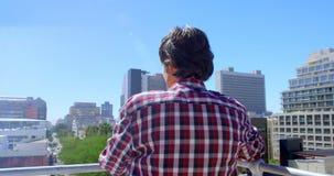 Αρσενικός φωτογράφος που στέκεται στο πεζούλι του στούντιο 4k απόθεμα βίντεο