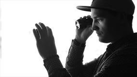 Αρσενικός φωτογράφος που φαίνεται εσωτερικός φακός απόθεμα βίντεο