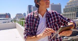 Αρσενικός φωτογράφος που χρησιμοποιεί την ψηφιακή ταμπλέτα στο πεζούλι 4k απόθεμα βίντεο
