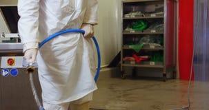 Αρσενικός χασάπης που καθαρίζει το πάτωμα απόθεμα βίντεο