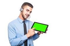 Αρσενικός χειριστής στην επίσημη ένδυση με μια ταμπλέτα στοκ εικόνες με δικαίωμα ελεύθερης χρήσης