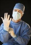 Αρσενικός χειρούργος που προετοιμάζεται για τη χειρουργική επέμβαση Στοκ φωτογραφίες με δικαίωμα ελεύθερης χρήσης