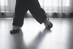 Αρσενικός χορευτής δασκάλων χορού αιθουσών χορού ποδιών ποδιών παπουτσιών Στοκ φωτογραφίες με δικαίωμα ελεύθερης χρήσης
