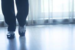 Αρσενικός χορευτής δασκάλων χορού αιθουσών χορού ποδιών ποδιών παπουτσιών Στοκ Εικόνες