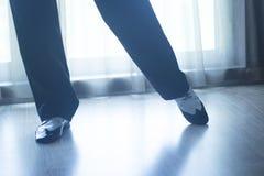 Αρσενικός χορευτής δασκάλων χορού αιθουσών χορού ποδιών ποδιών παπουτσιών Στοκ φωτογραφία με δικαίωμα ελεύθερης χρήσης