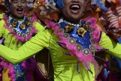Αρσενικός χορευτής οδών στο ζωηρόχρωμο χορό κοστουμιών καρύδων στην οδό Στοκ Εικόνες