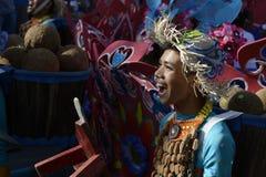 Αρσενικός χορευτής οδών στο ζωηρόχρωμο χορό κοστουμιών καρύδων στην οδό Στοκ φωτογραφία με δικαίωμα ελεύθερης χρήσης