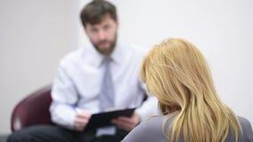 Αρσενικός ψυχολόγος και ο θηλυκός ασθενής του κατά τη διάρκεια της θεραπείας φιλμ μικρού μήκους