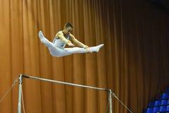 : Αρσενικός gymnast που αποδίδει κατά τη διάρκεια της Στέλλα Zakharova του Artistic Gymnastics Ουκρανία διεθνούς φλυτζανιού Στοκ Εικόνα