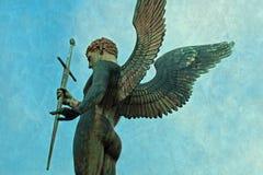 Αρσενικό άγαλμα αρχαγγέλων αγγέλου με το ξίφος Στοκ εικόνες με δικαίωμα ελεύθερης χρήσης