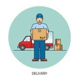 Αρσενικό άτομο αγγελιαφόρων ταχυδρομικής παράδοσης μπροστά από το φορτηγό φορτίου που παραδίδει τη συσκευασία Στοκ Φωτογραφία