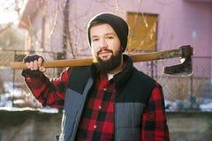 Αρσενικό άτομο με ένα τσεκούρι για το τέμνον καυσόξυλο Στοκ φωτογραφίες με δικαίωμα ελεύθερης χρήσης
