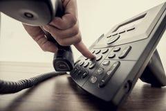 Αρσενικό ακουστικό τηλεφώνου εκμετάλλευσης χεριών και σχηματισμός ενός αριθμού τηλεφώνου Στοκ εικόνα με δικαίωμα ελεύθερης χρήσης