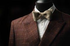 Αρσενικό εσωτερικό καταστημάτων κοστουμιών μόδας ένδυσης μανεκέν επίσημο, πρότυπο στο μαύρο υπόβαθρο Στοκ Εικόνες