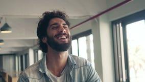 Αρσενικό καθιερώνον τη μόδα γέλιο στον καφέ απόθεμα βίντεο