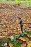 Αρσενικό καθορισμένο - μαχαίρια και ρολόγια Μαύρο μαχαίρι και έξυπνο ρολόι στο Au Στοκ εικόνες με δικαίωμα ελεύθερης χρήσης