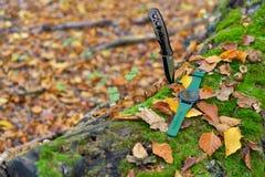Αρσενικό καθορισμένο - μαχαίρια και ρολόγια Μαύρο μαχαίρι και έξυπνο ρολόι στο Au Στοκ Φωτογραφίες