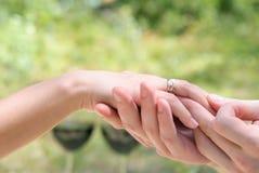 Αρσενικό και θηλυκό χέρι στοκ εικόνες