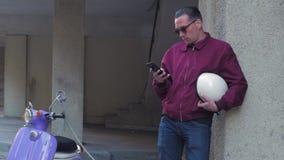 Αρσενικό με τη μοτοσικλέτα απόθεμα βίντεο