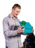 Αρσενικό με το κιβώτιο δώρων στα χέρια στοκ εικόνα