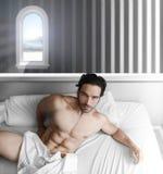 αρσενικό μοντέλο κρεβατ&om Στοκ εικόνα με δικαίωμα ελεύθερης χρήσης
