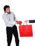 Αρσενικό μοντέλο που παίρνει προσεκτικά την καυτή τσάντα Στοκ εικόνες με δικαίωμα ελεύθερης χρήσης