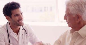 Αρσενικό να παρηγορήσει γιατρών σε έναν ανώτερο ασθενή φιλμ μικρού μήκους