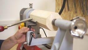 Αρσενικό ξύλο επεξεργασίας ξυλουργών που χρησιμοποιεί τα βιομηχανικά μηχανήματα ξυλουργικής απόθεμα βίντεο
