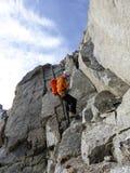 Αρσενικό ορειβατών βουνών από μια απότομη δύσκολη κορυφογραμμή στις γαλλικές Άλπεις κοντά σε Chamonix Στοκ εικόνες με δικαίωμα ελεύθερης χρήσης