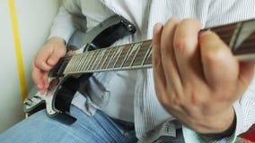 αρσενικό παιχνίδι μουσικών κιθάρων απόθεμα βίντεο