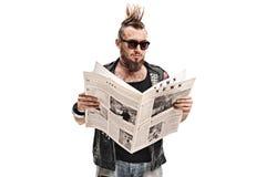 Αρσενικό πανκ rocker που διαβάζει μια εφημερίδα Στοκ εικόνα με δικαίωμα ελεύθερης χρήσης