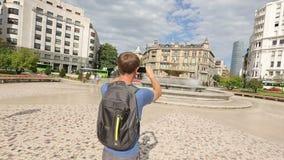 Αρσενικό πανόραμα μαγνητοσκόπησης τουριστών της πλατείας Moyua στο smartphone, τουρισμός στην Ισπανία φιλμ μικρού μήκους