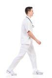 αρσενικό περπάτημα νοσοκό& Στοκ φωτογραφία με δικαίωμα ελεύθερης χρήσης