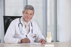 αρσενικό πορτρέτο γιατρών Στοκ φωτογραφίες με δικαίωμα ελεύθερης χρήσης