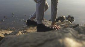 Αρσενικό που αναρριχείται στο βράχο, που φθάνει στα τοπ, ενεργά έξοδα του ελεύθερου χρόνου, βουνό φιλμ μικρού μήκους
