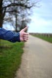 Αρσενικό που επισημαίνει στο δρόμο Στοκ φωτογραφία με δικαίωμα ελεύθερης χρήσης