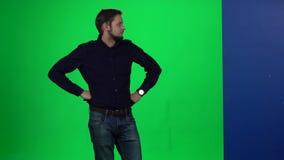Αρσενικό που κλίνει το χέρι του στον τοίχο που στέκεται στο πράσινο, κλίμα οθόνης απόθεμα βίντεο