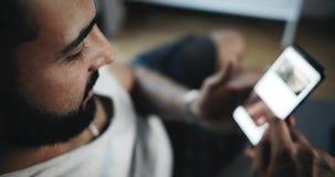 Αρσενικό που κοιτάζει βιαστικά το κοινωνικό δίκτυο φιλμ μικρού μήκους